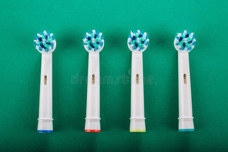 Brosse à dents électrique sur un fond vert photos stock