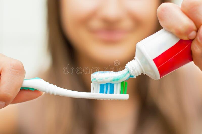 Brosse à dents avec la pâte dentifrice photographie stock libre de droits