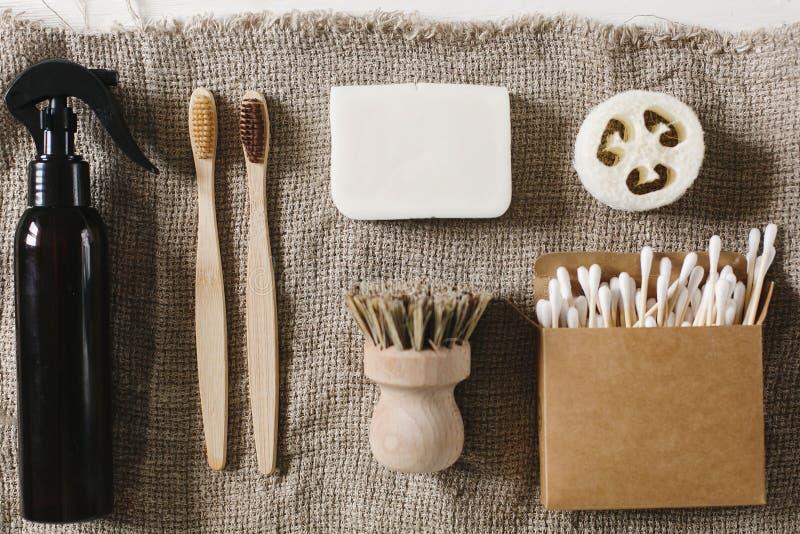 Brosse à dents en bambou naturelle d'Eco, luffa, savon de noix de coco, brosses, St d'oreille images libres de droits