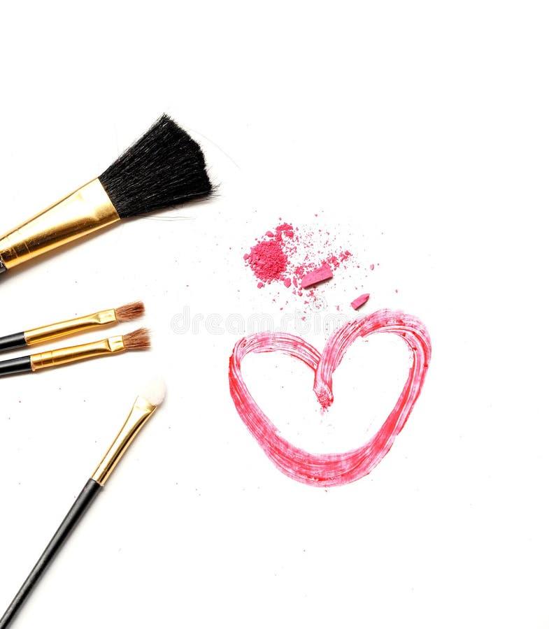 Brosse cosmétique et poudre rose sur le fond blanc photo stock