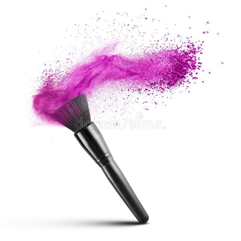 Brosse de maquillage avec la poudre rose d'isolement images stock