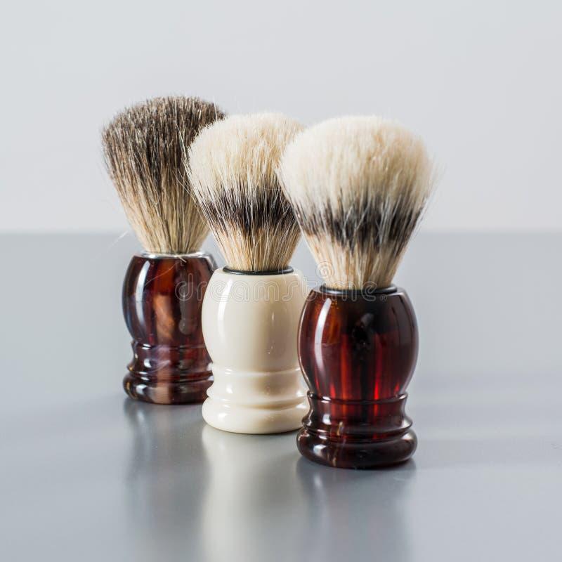 Brosse de rasage sur le fond gris photo stock