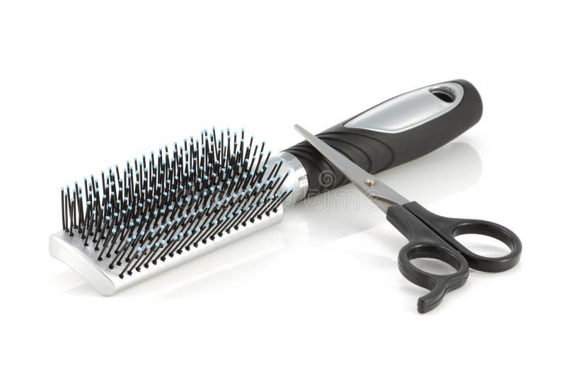 Brosse et ciseaux de cheveux d'isolement sur le blanc photo libre de droits
