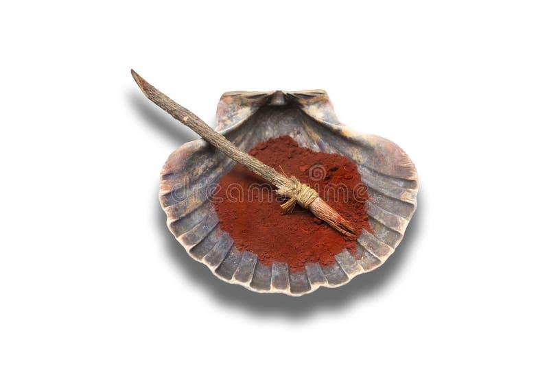 Brosse et coquille avec le colorant rouge de l'âge néolithique utilisé pour la décoration d'argile photographie stock libre de droits