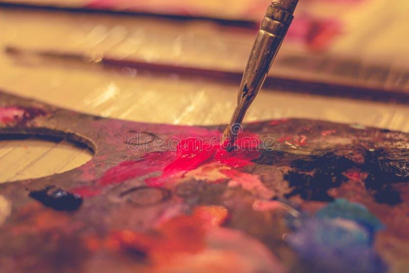 Brosse et peinture, dessinant une image photo libre de droits