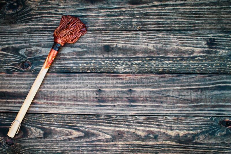 Brosse ou balai de BBQ avec de la sauce au-dessus d'un fond en bois images stock