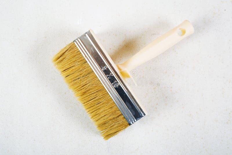 Brosse pour la colle pour le papier peint photos stock