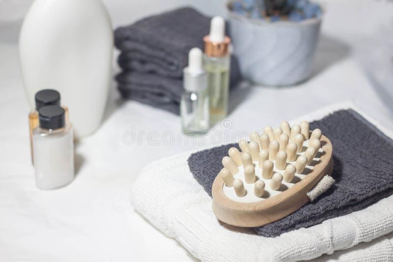Brosse pour le massage sec Divers objets de station thermale sur le fond blanc photos stock