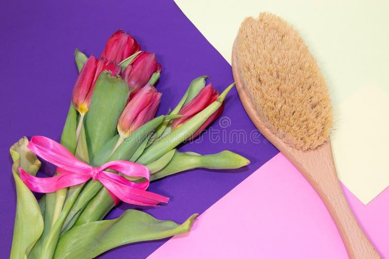 Brosse pour le massage sec Nouvelle cosmétologie Se débarasser des cellulites et des vergetures Soins de la peau appropriés Deman photo libre de droits