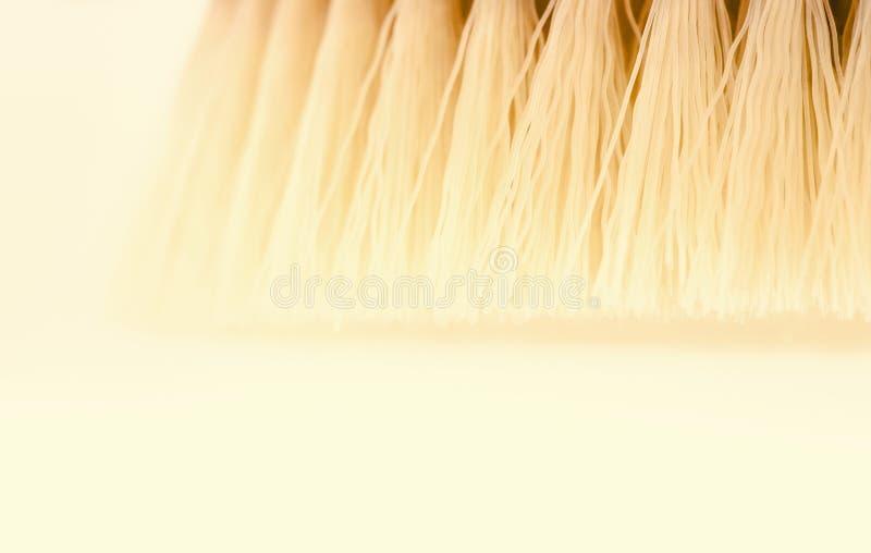 Brosse s?che de massage de corps sur le fond blanc au jour ensoleill? Outil pour la peau lisse et molle image libre de droits