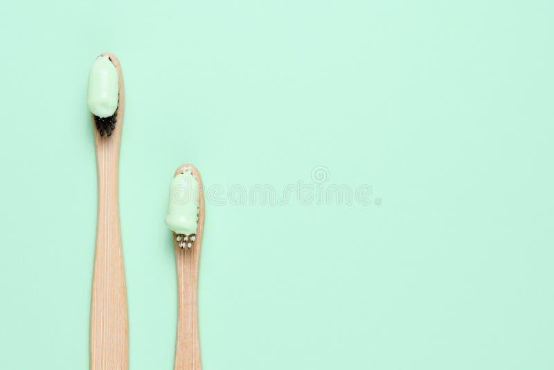 Brosses à dents en bambou avec la pâte dentifrice naturelle image libre de droits