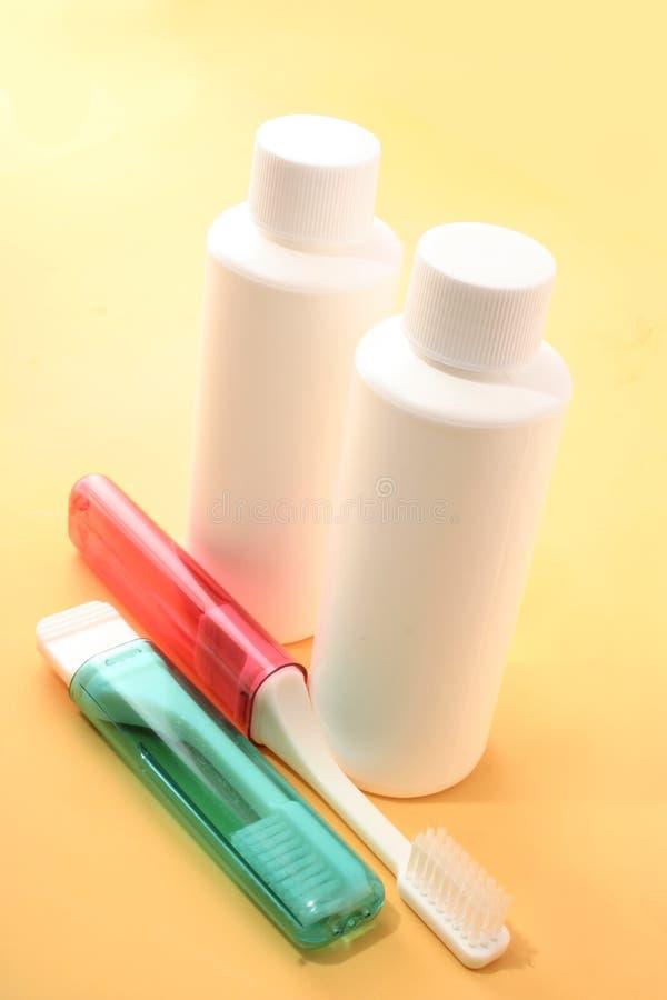 Brosses à dents et bouteilles de course photo libre de droits