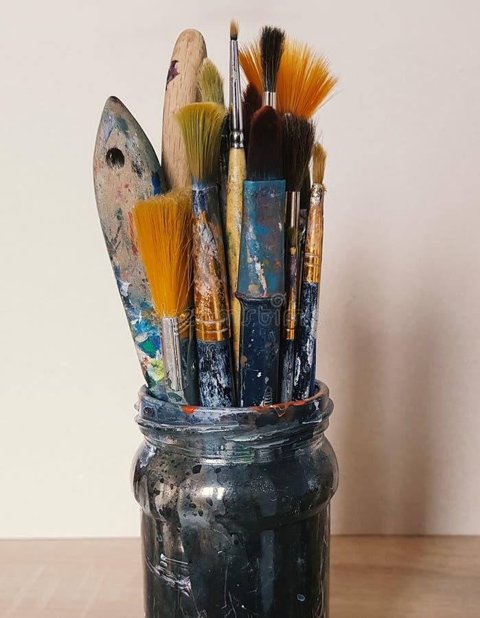 Brosses colorées par art dans le pot photographie stock libre de droits