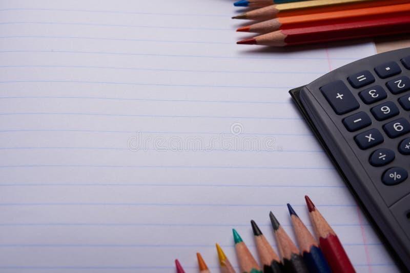 Brosses, crayons colorés et d'autres outils photos stock