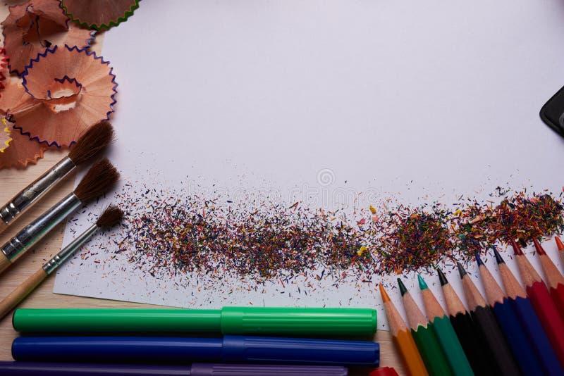 Brosses, crayons colorés et d'autres outils image stock