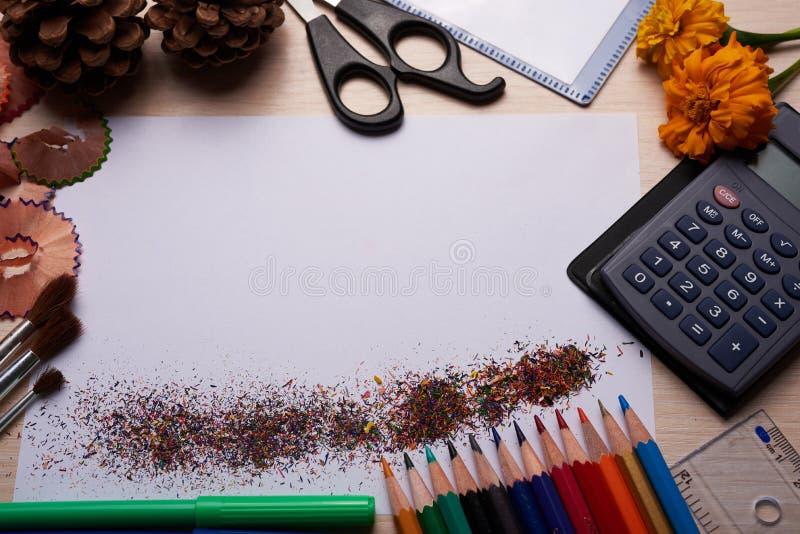 Brosses, crayons colorés et d'autres outils images libres de droits
