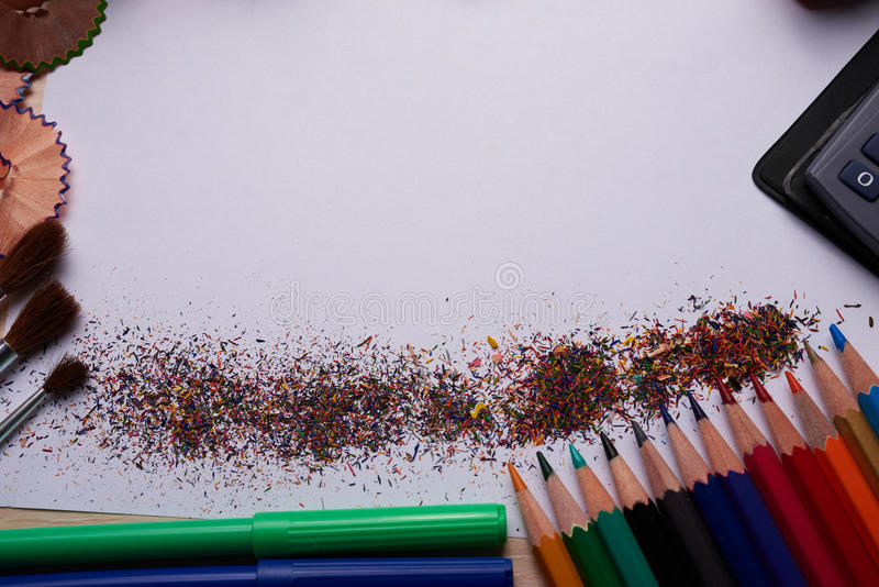 Brosses, crayons colorés et d'autres outils photo stock
