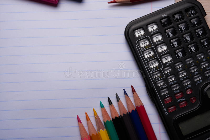 Brosses, crayons colorés et d'autres outils photo libre de droits