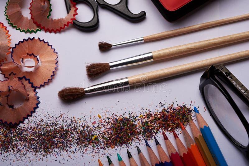 Brosses, crayons colorés et d'autres outils photographie stock libre de droits