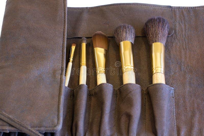Brosses de maquillage dans une couverture brune images libres de droits