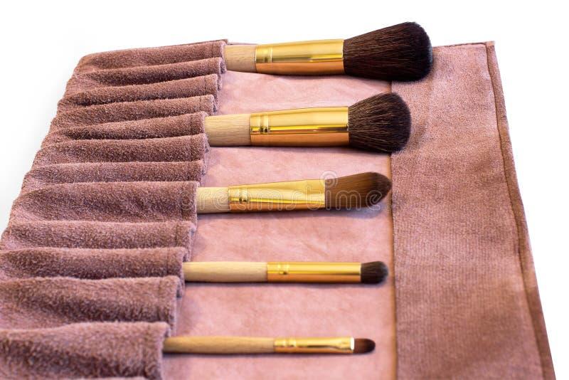 Brosses de maquillage dans une couverture en cuir photographie stock libre de droits
