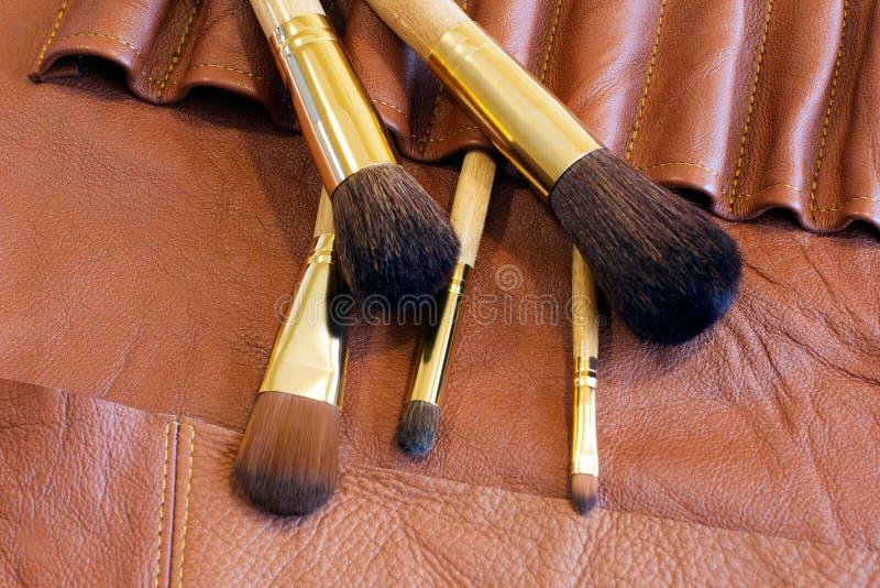Brosses de maquillage dans une couverture en cuir images libres de droits