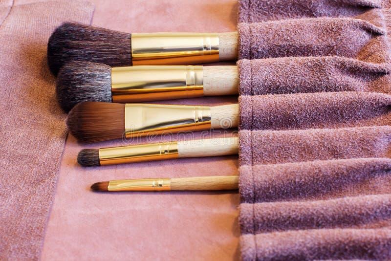 Brosses de maquillage dans une couverture en cuir photo libre de droits