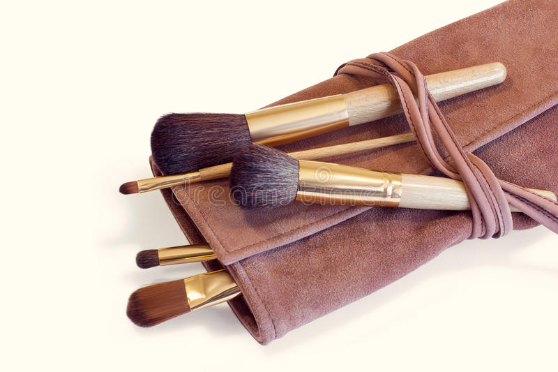 Brosses de maquillage dans une couverture en cuir image stock