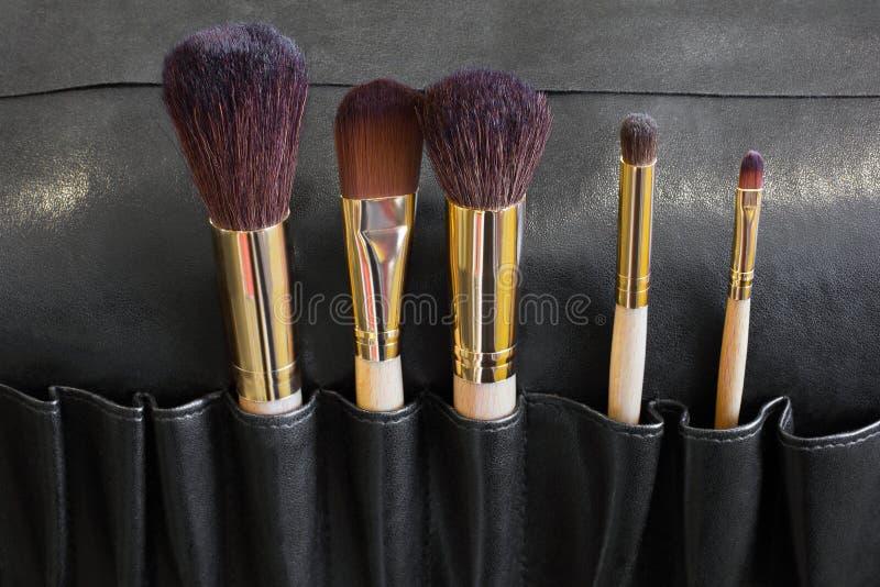 Brosses de maquillage dans une couverture noire photo libre de droits