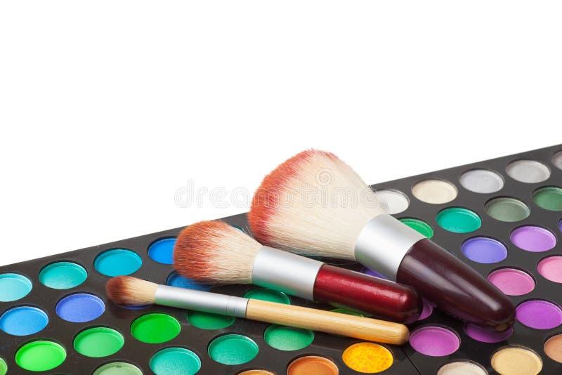 Brosses de maquillage et ensemble de fards à paupières colorés image libre de droits