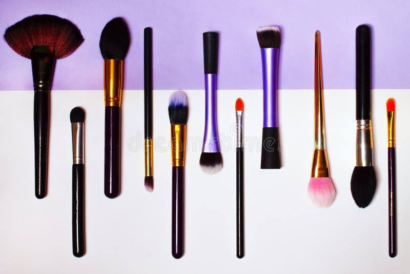 Brosses de maquillage Fond clair images stock