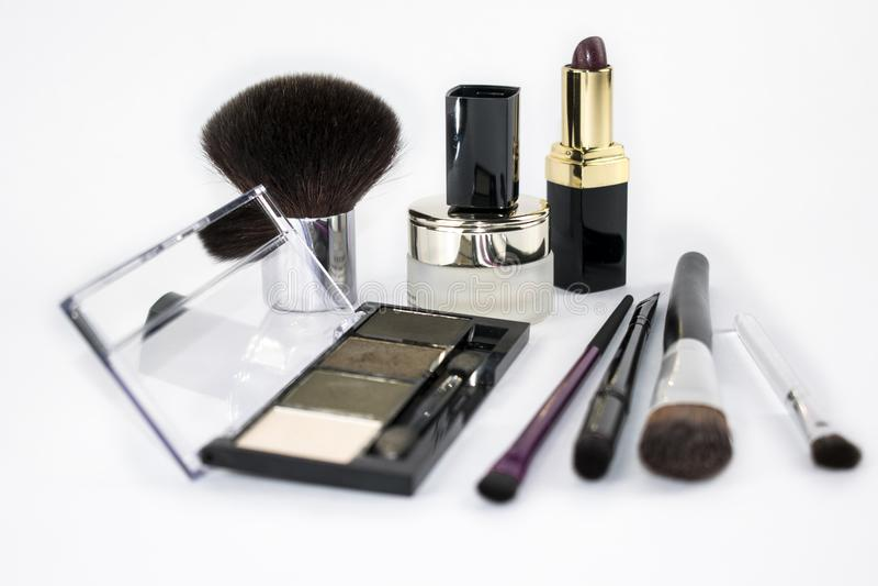 4 brosses de maquillage 1 rouge à lèvres un petit pot de crème images stock
