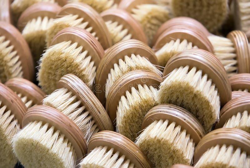 brosses en bois avec des poils pour le nettoyage photographie stock libre de droits