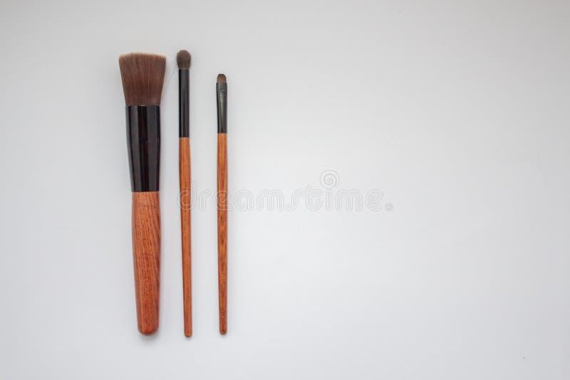 Brosses en bois de maquillage d'isolement sur le fond blanc photographie stock