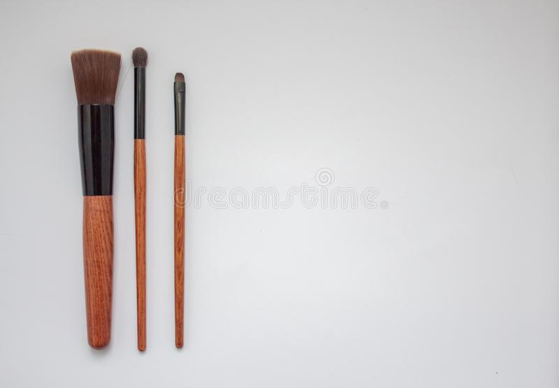 Brosses en bois de maquillage d'isolement sur le fond blanc image stock