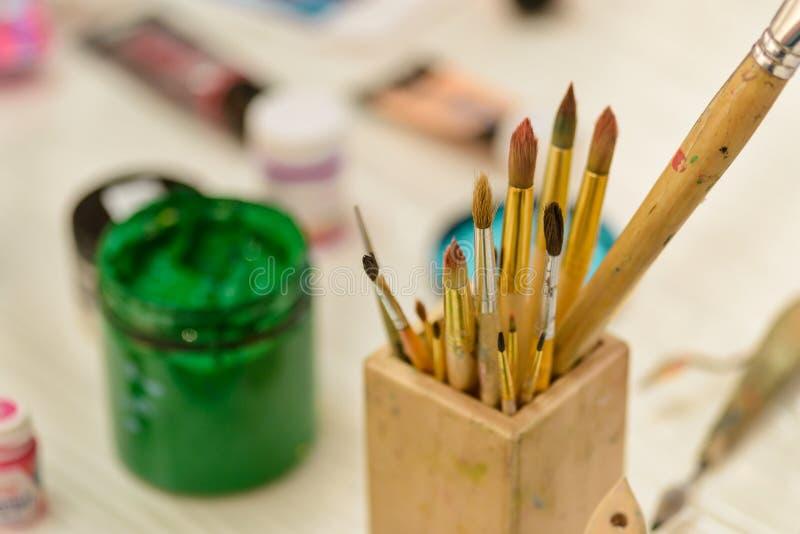 Brosses et pot vert de peinture photographie stock