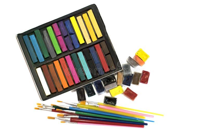 Brosses, peintures d'aquarelle et pastels multicolores sur un fond blanc photo libre de droits