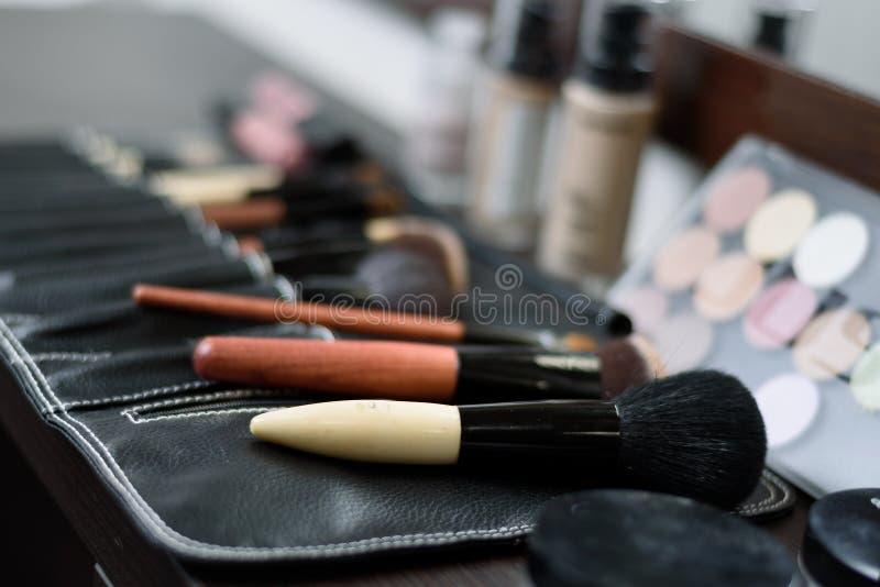 brosses pour le maquillage dans un sac spécial en cosmétiques de fond photos libres de droits