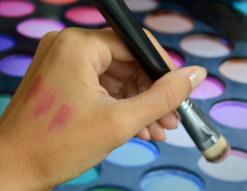 Brosses pour le maquillage sur une palette de fond avec le fard à paupières photo stock