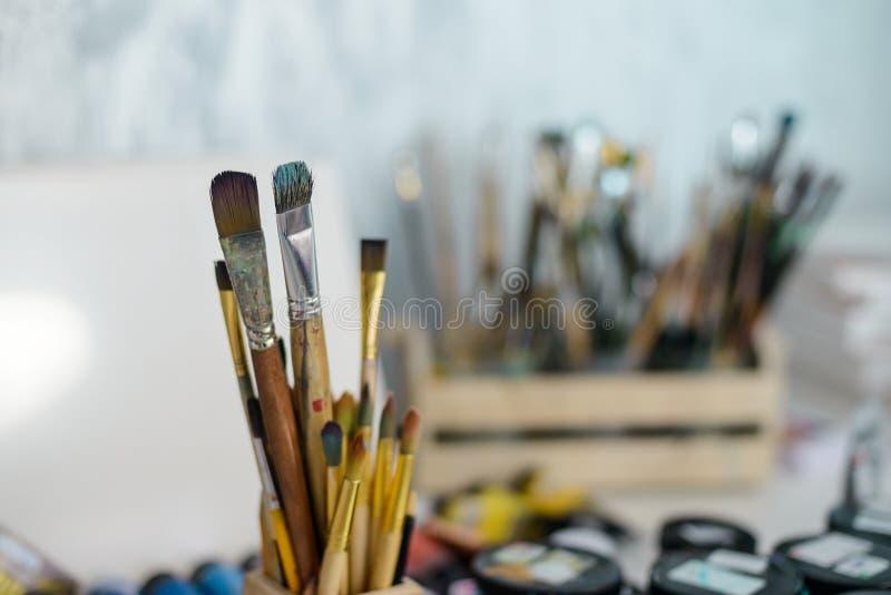 Brosses utilisées d'art dans le support images libres de droits
