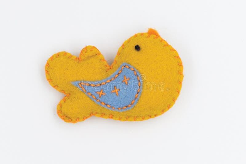 Broszka w formie małego żółtego ptaka z błękitnym skrzydłem zdjęcia stock