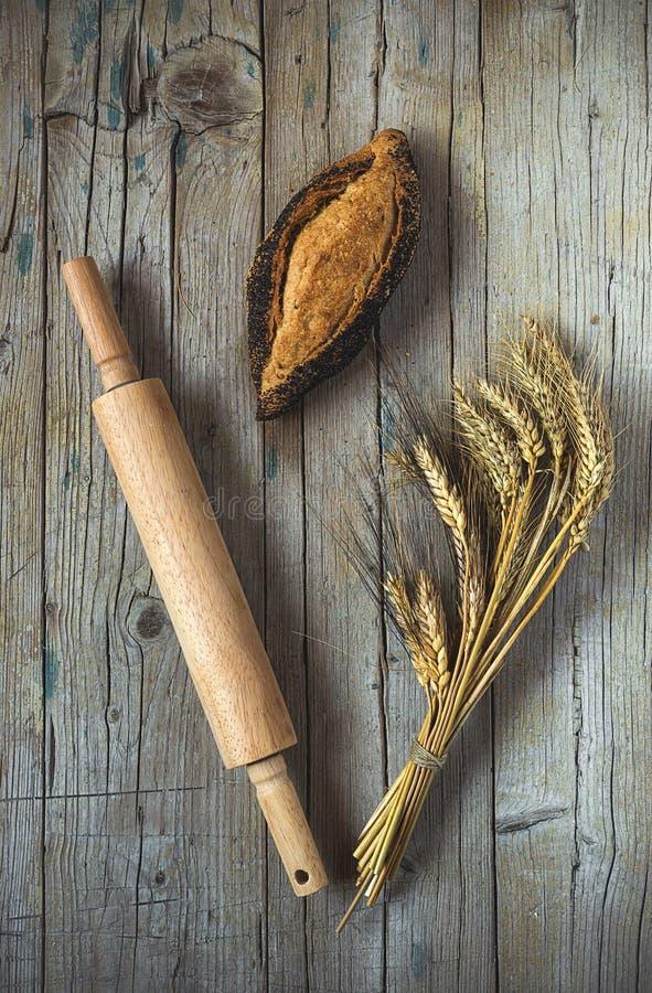Brot auf altem Holztisch stockfotos