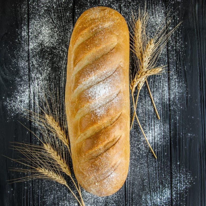 Brot auf einem schwarzen Holztisch stockfotos
