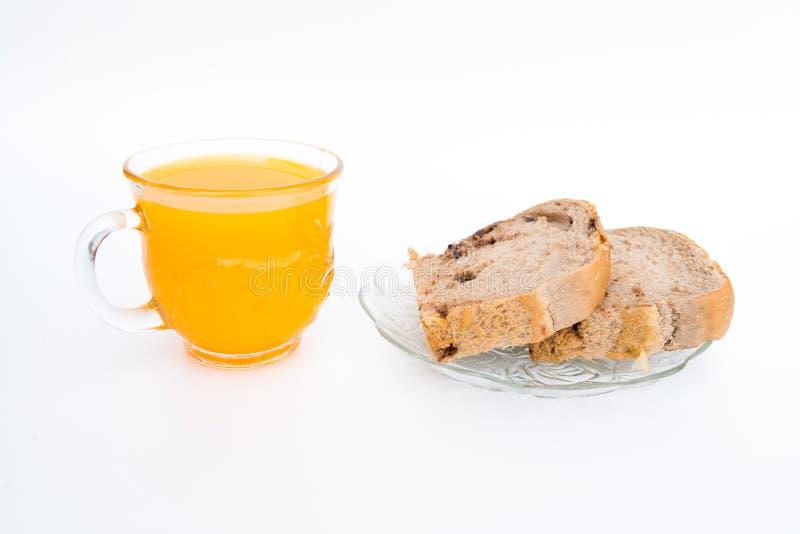 Brot auf einer weißen Platte und einem Glas Orangensaft Lokalisiert auf Weiß lizenzfreies stockfoto