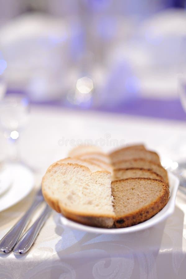 Brot auf festlicher Tabelle lizenzfreie stockbilder