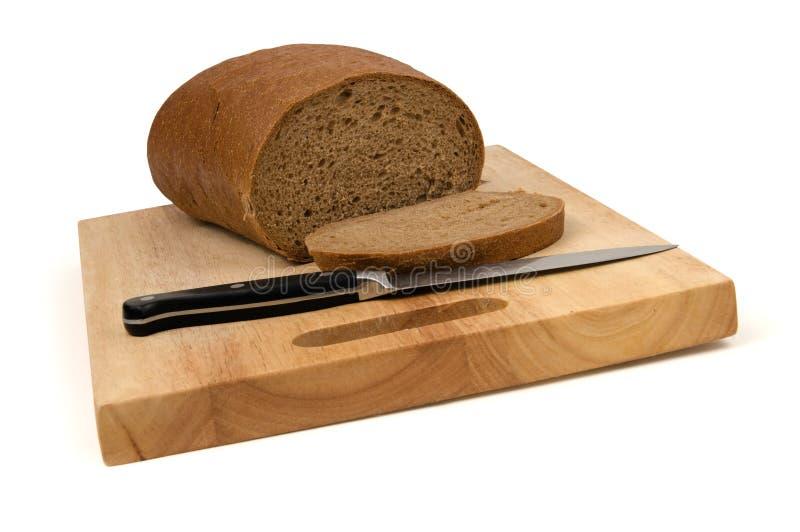 Brot auf hackendem Vorstand stockfotos