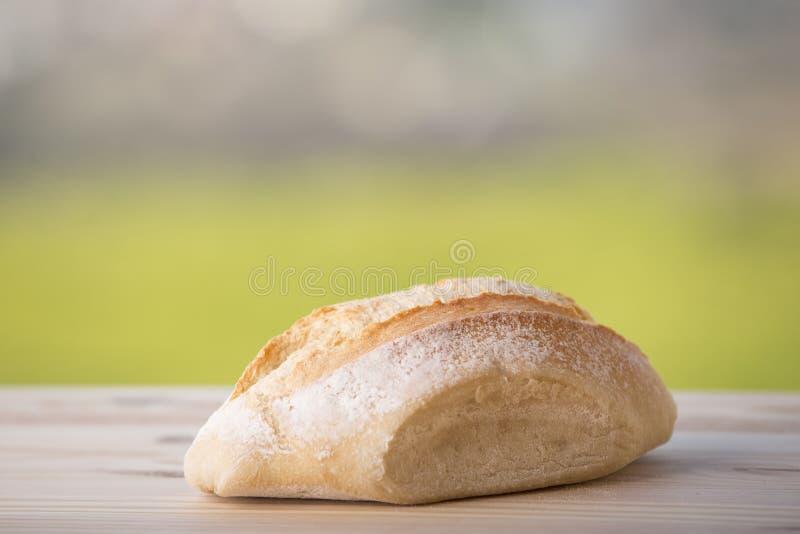 Brot auf Holztisch lizenzfreie stockfotos