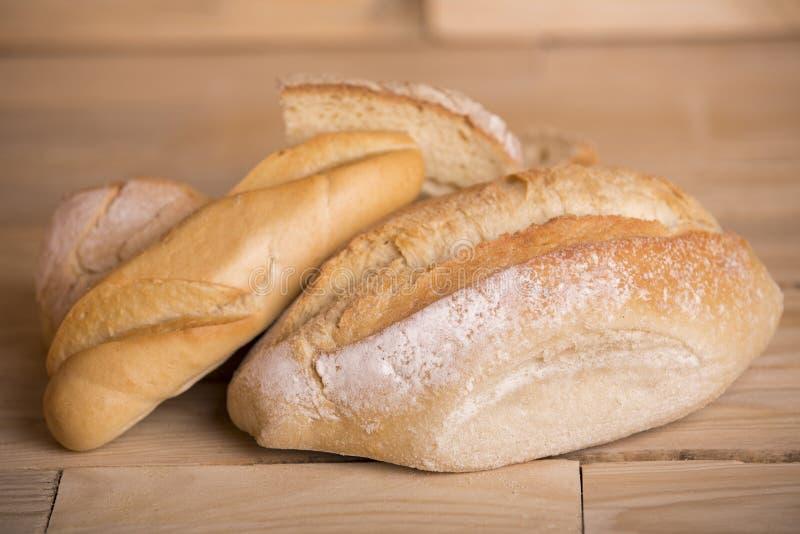 Brot auf Holztisch stockfoto