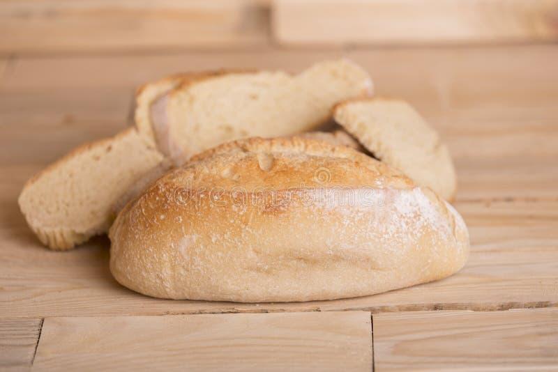Brot auf Holztisch lizenzfreies stockfoto