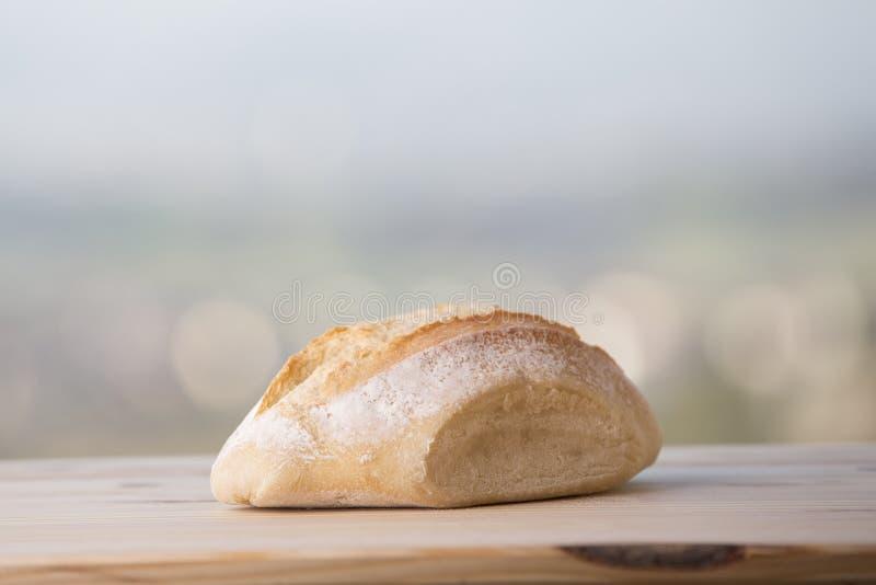 Brot auf Holztisch lizenzfreies stockbild